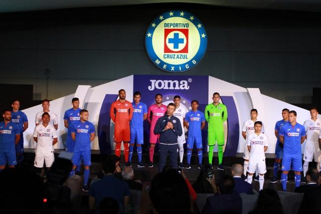 Cruz Azul presentó el equipamiento por parte de JOMA