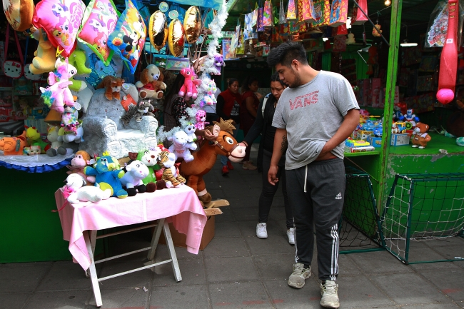Los Reyes Magos buscan los juguetes y regalos