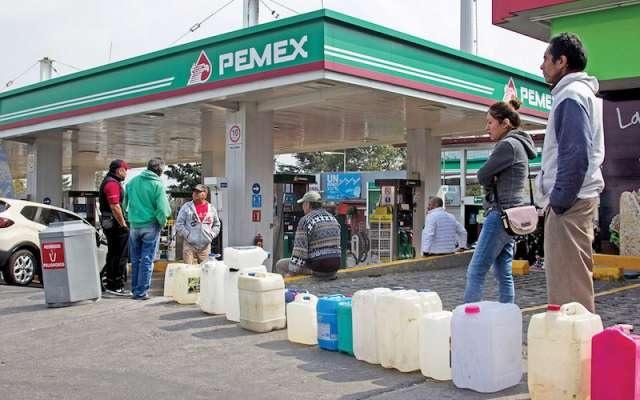 Venden gasolina hasta en 30 pesos el litro reportan en redes sociales