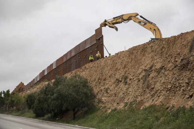 Continúan los trabajos de remodelación del muro fronterizo