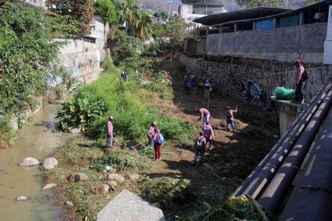 Acapulco limpia canales pluviales