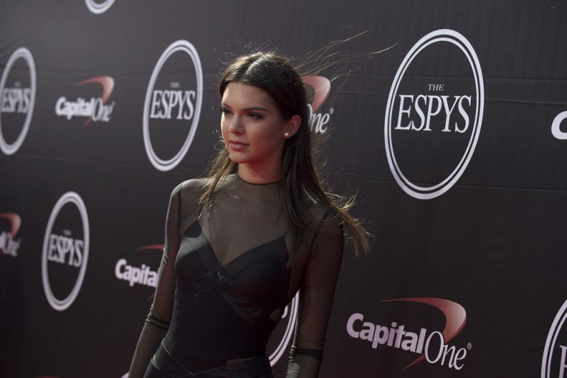 Kendall Jenner sorprende con rutina de ejercicios
