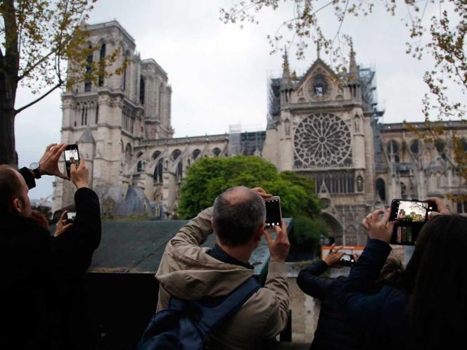 Se reanudan las misas en Notre Dame tras incendio, pero con el uso de cascos