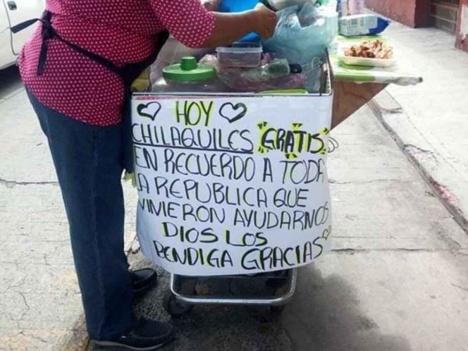 Chilaquiles gratis para agradecer a héroes del sismo en México